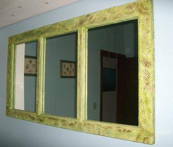 Espelho com moldura reutilizada de janela