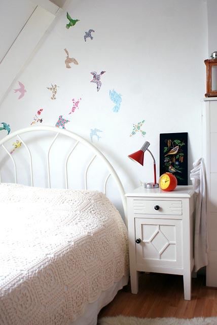 Parede de quarto de menina decorada com estilo mais jovem