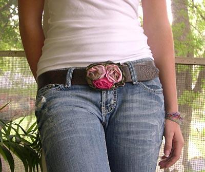 Cinto enfeitado com botões de rosa de fita de cetim