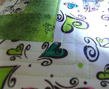 Costure linhas retas no tecido branco