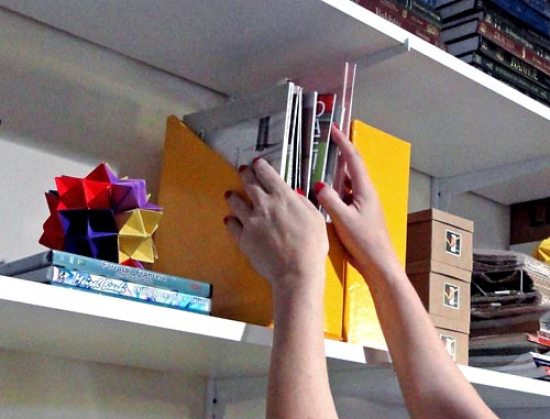 Usando organizador de revistas para  colocar ordem no atelier
