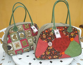 Bolsas com patchwork e alças de couro