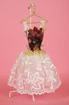 Vestido em miniatura para decorar quartos femininos