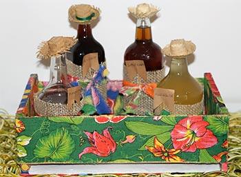 Bebidas com garrafas decoradas com chapéus