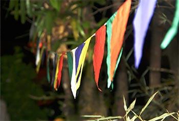 Festa ao ar livre pede muitas bandeirolas juninas
