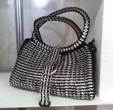 Bolsa feita com lacres de latinhas Fenearte 2013