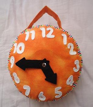 Relógio em feltro para ensinar brincando