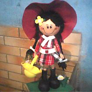 Boneca em EVA para enfeitar mesa de festa
