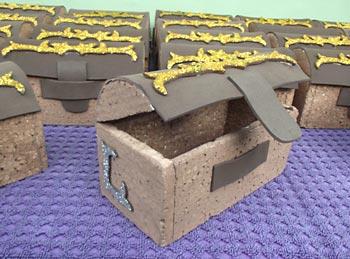 Mini baús de isopor e EVA para porta-lembrancinha
