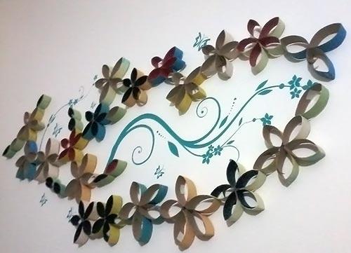 Mix de adesivo na parede com rolinhos de papel na decoração