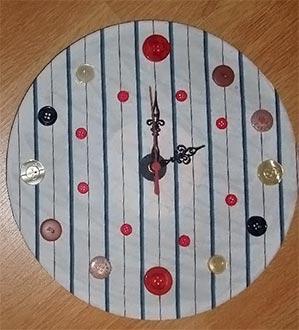 Relógio com botões e base de vinil