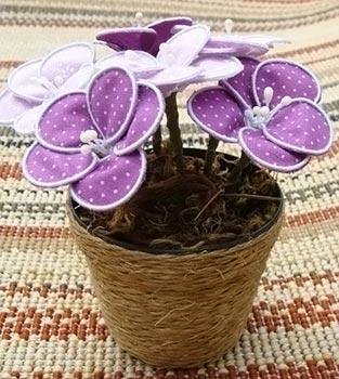 Vasinho com mini flores em estrutura de arame