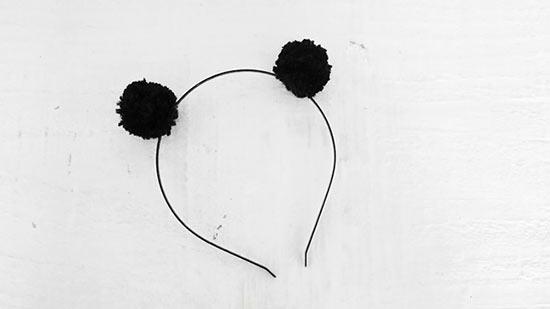 Tiara de cabeça usando pompons