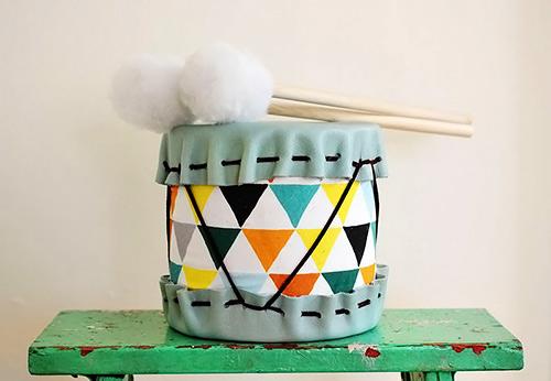 Tambor com baquetas, brinquedo artesanal e com reciclagem