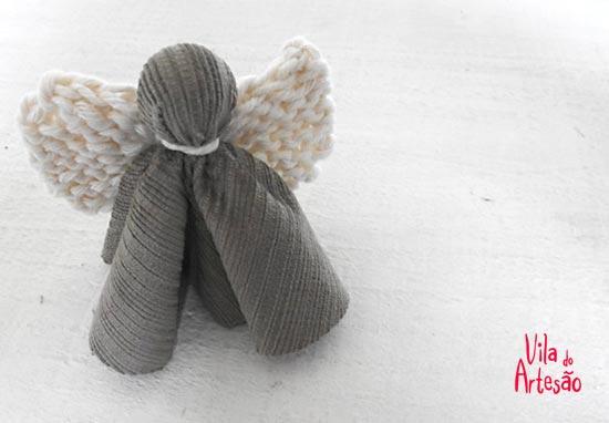 Anjo estilizado de natal em tecido e tricô