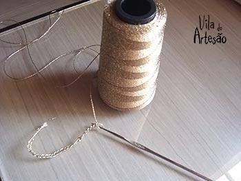Faça uma corretinha de crochê com um cordão dourado