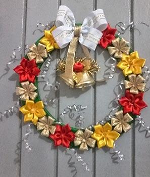 Flores de cetim compõem a guirlanda de Natal