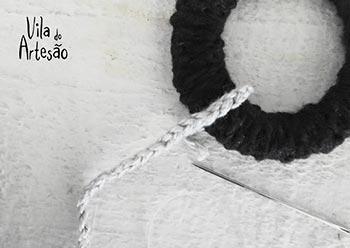 Costure o cordão do móbile na argola