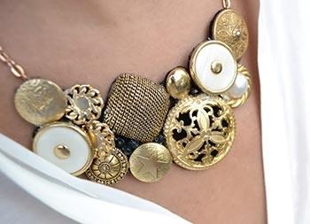 Maxi-colar feito de botões vintage