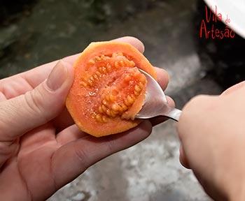 Corte ao meio e remova as sementes
