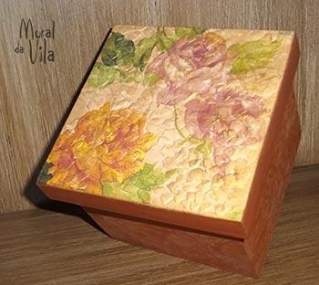 Caixa decorada com mosaico de casca de ovo