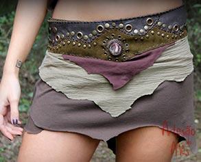 Saia curta em tecido e cintura em couro