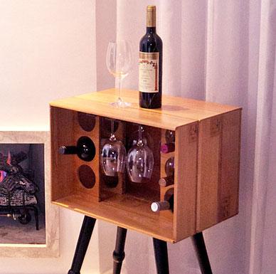 Mini adega com reciclagem de caixa de vinho