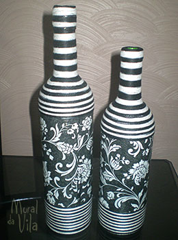 Garrafas decoradas com estampa e linhas