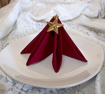Dobradura de guardanapo enfeita a mesa de natal