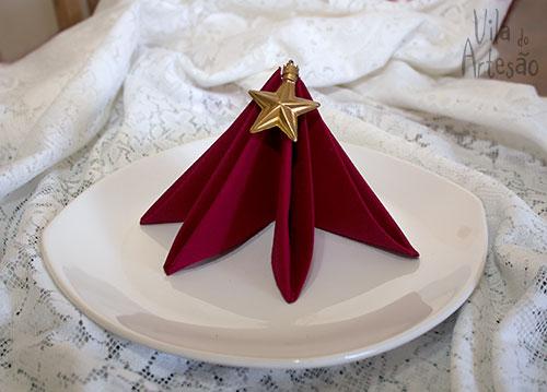 Dobraduras de guardanapos enfeitam a mesa de natal