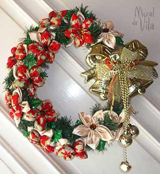 Flores de fuxico montam a guirlanda de porta