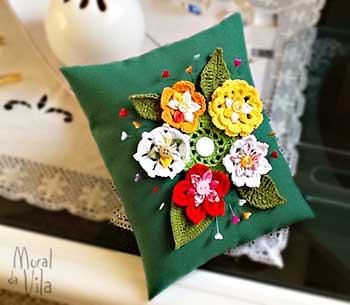 Alfineteiro com flores em crochê