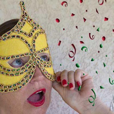 Máscara de tecido e passamanarias metálicas