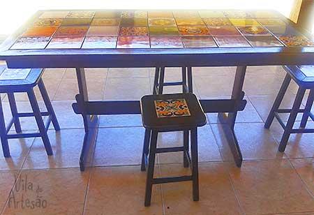 Mesa e banquetas prontas pro uso