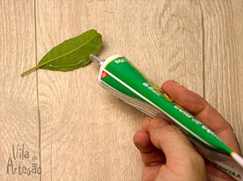 Aplique cola nas folhas