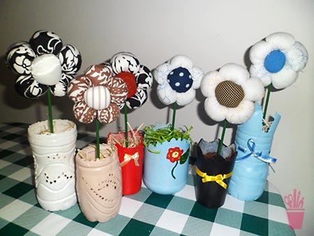 Enfeites de flores feitos com potes plásticos