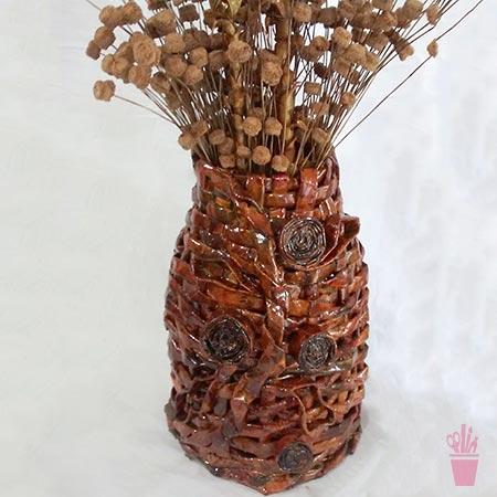 Reciclagem de jornal em cestaria