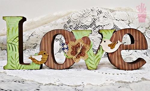 Letras decoradas em madeira