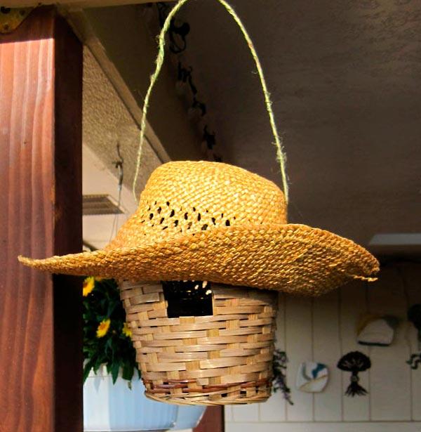 Cesta com chapéu viram casa para passarinho
