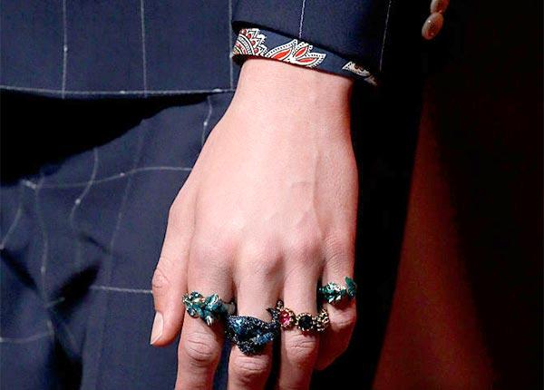 Anéis em todos os dedos para Gucci
