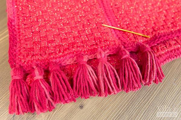 Costure os pingentes na base da bolsa