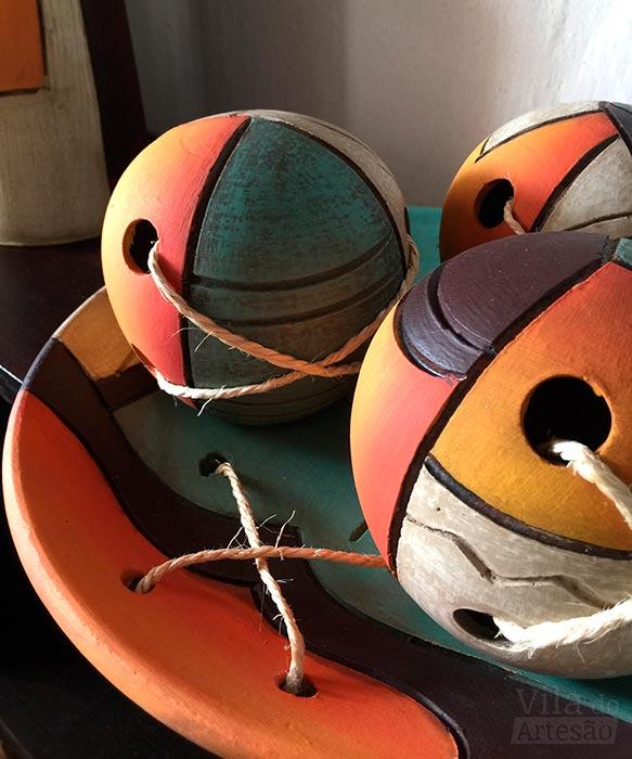Peças decorativas coloridas da artesã Mana