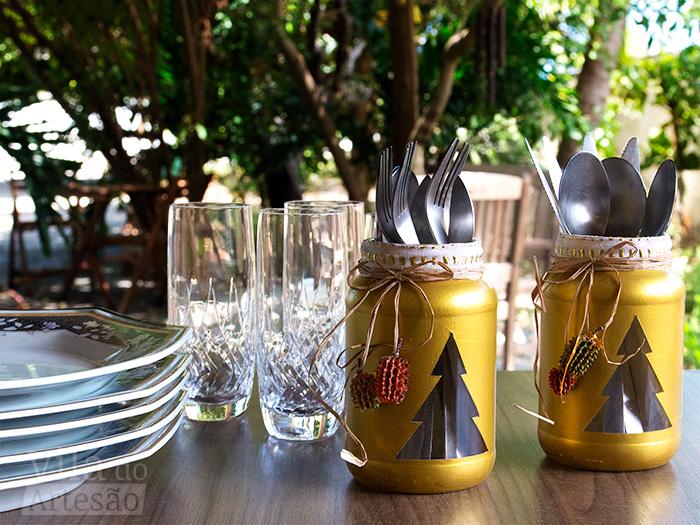 Decoração de mesa de natal com reciclagem de potes de vidro