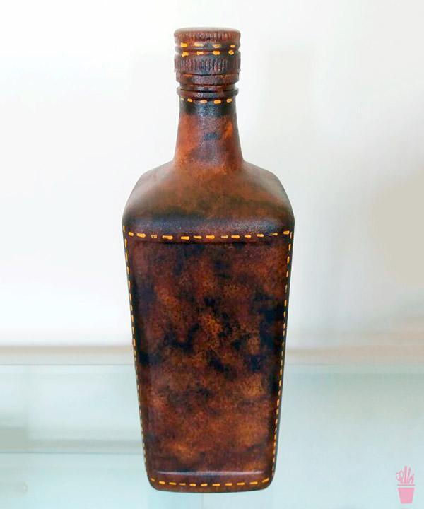 Garrafa reciclada com técnica de falso couro