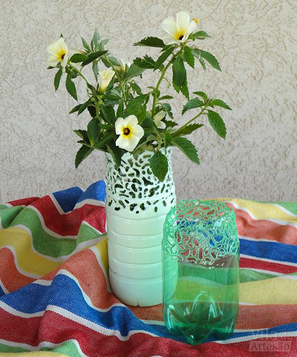 Garrafas pet modeladas usadas como vasos de flores