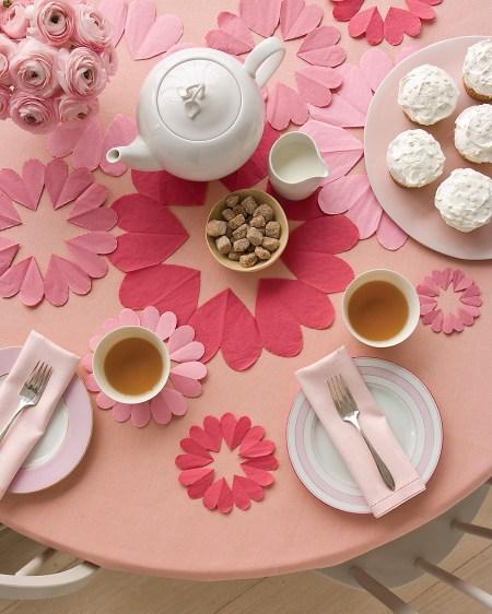 Pequenos detalhes enchem de amor a mesa do Dia das Mães. Use recortes em formato de coração.