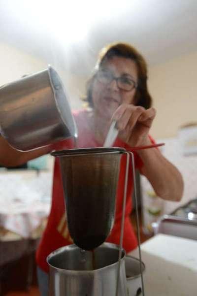 Coando café à moda antiga com coador de pano