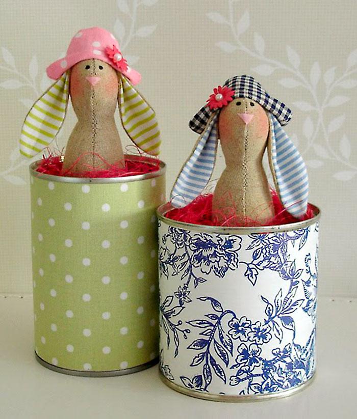 Latas decoradas com tecido para acomodar um coelho tilda