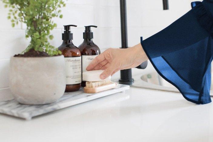Bancada do lavabo organizada e bonita é a primeira impressão do banheiro