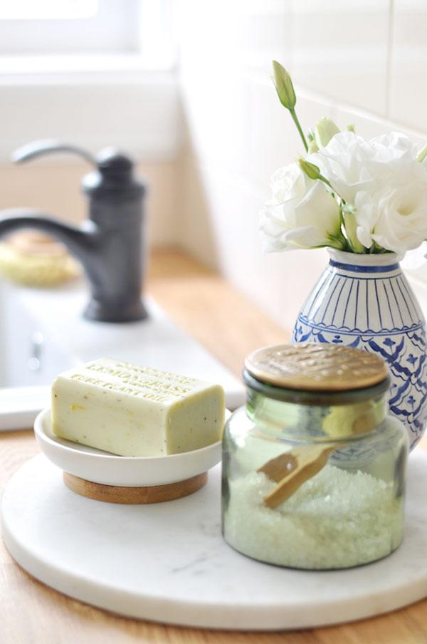 Um suporte de mármore deixa a bancada do lavabo elegantérrima